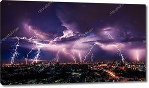 Буря молний над городом в фиолетовый свет