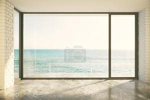 большое окно в полу и видом на океан