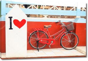 красный старинный велосипед с краской, «я люблю»