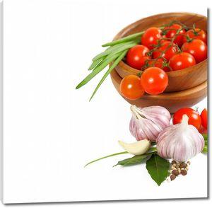 Тарелка с томатами черри на ветке