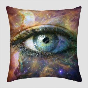 Человеческий глаз на космическом фоне
