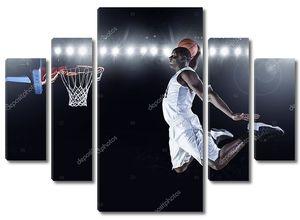 Баскетболист забил бросок в корзину .