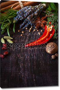Специи на деревянном столе