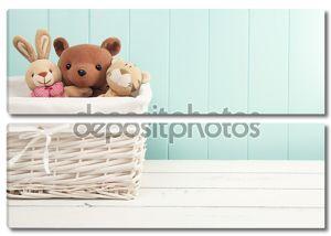Мягкие игрушки животных в корзине на полу. Бирюзовый вагонки.