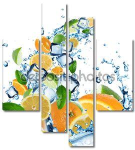 Свежие цитрусовые в плеск воды с кубиками льда