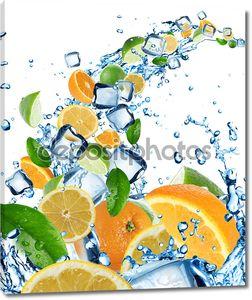 Свежий цитрусовый всплеск воды