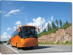 оранжевый автобус на шоссе