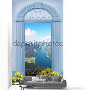 вид через арочные двери, вид на озеро в Альпах