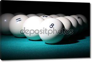 Бильярд. шарики пирамиды fith номер 8 мяч на переднем плане.