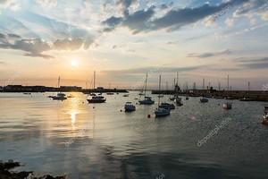 Плавучие лодки Сансет Якорь гавани Хоут Ирландия Пейзаж