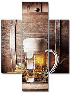 Кружка светлого пива на фоне бочки