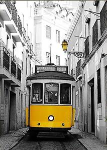 Желтый трамвай на улице города