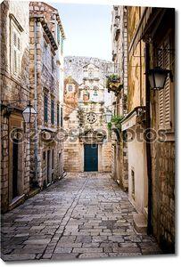 Узкая улица внутри старого города Дубровника