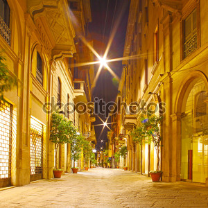 улицы в ночное время в Милане, Италия