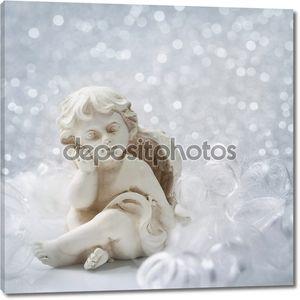 Статуя ангела на серебряном фоне