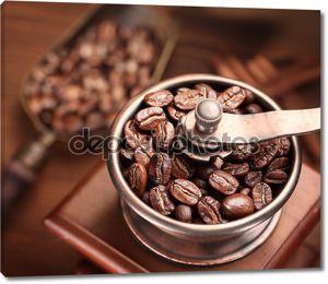 жареные кофейные зерна в кофемолке.