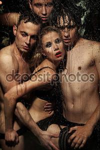 Сексуальная женщина, позирующая с мужчинами