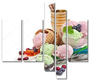 мороженое со свежими ягодами на белом