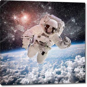 Астронавт на фоне Земли