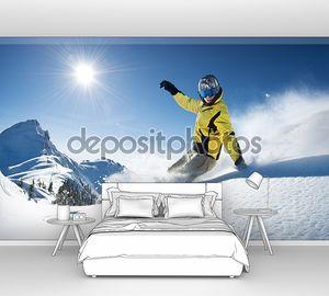 Лыжник в высоких горах на спуске