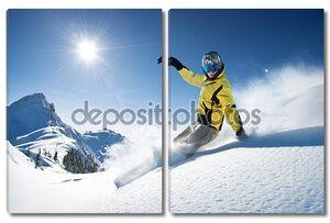 лыжник в высоких горах