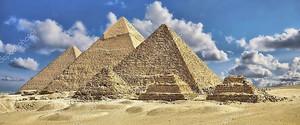 Пирамиды на фоне неба