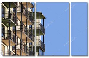 Современное здание апартаментов с балконами