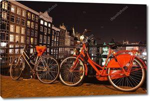 ночной вид города на амстердамский канал, мост, лодки и велосипеды, Голландию, Нидерланды.