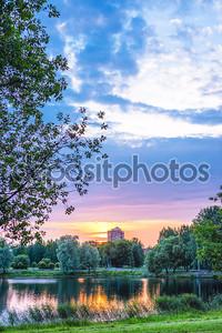 Закат в городском саду