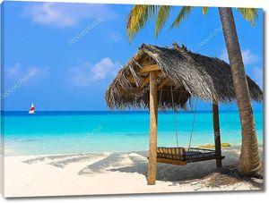 Подвесная скамейка на тропическом пляже