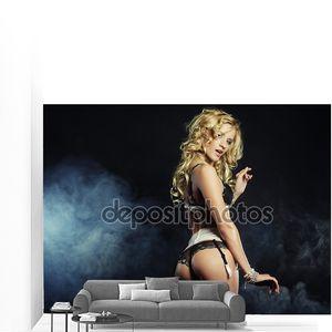 Молодой сексуальный стриптиз танцор
