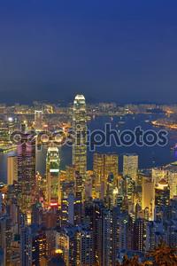 панорама горизонта города Гонконг ночью с гавань Виктория