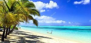 идеальный тропический пейзаж пляжа. Отдых на острове Маврикий