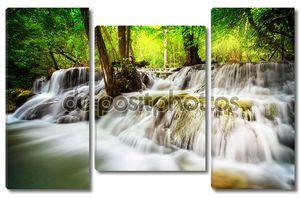 Красивый многоуровневый водопад