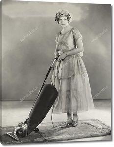 Женщина чистит ковер