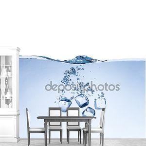 Кубики льда в воде брызги изолированные на белом