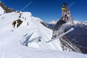 Летающий сноубордист на склоне горы