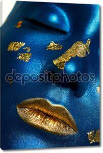 Женское лицо с синей кожей