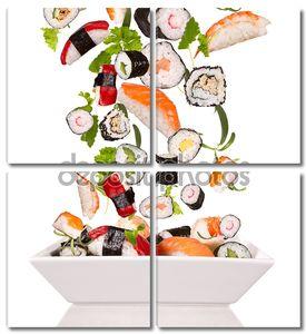 Кусочки суши на белом фоне