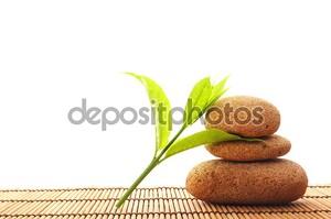 Камни на бамбуковом коврике