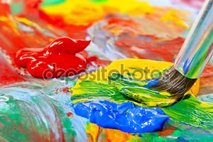 Цветные акриловые краски и кисти крупным планом