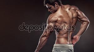 Сильный человек фитнес модель позирует