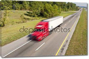 большой красный грузовик, ускоряющий вниз шоссе