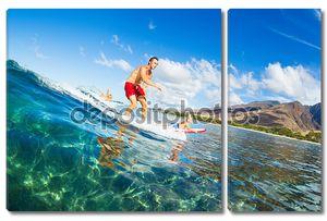 отец и сын, занимающийся серфингом, сидя на волне вместе