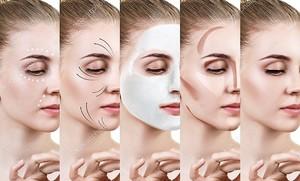 Красивая женщина шаг за шагом улучшает свое состояние кожи .