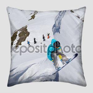 Сноубордист на фоне заснеженных гор