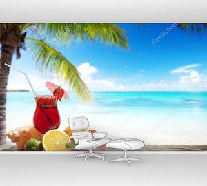 Клубничный коктейль из тропических фруктов на пляже