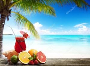 Клубничный коктейль и тропических фруктов на пляже