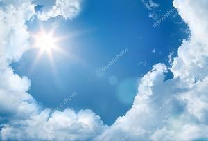 Небо с облаками и сияющее  солнце