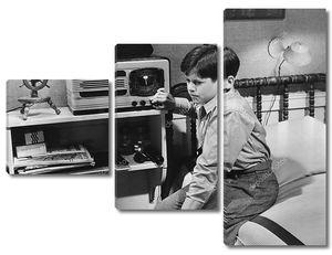 Мальчик у радио